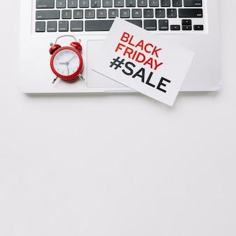 Tarjeta de viernes negro en la computadora portátil