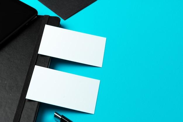 Tarjeta de visita blanca con espacio de copia en el bloc de notas negro