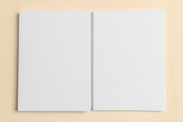 Tarjeta de visita blanca en la mesa de madera. retrato en blanco