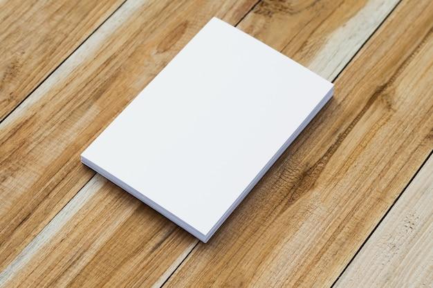 Tarjeta de visita blanca en la mesa