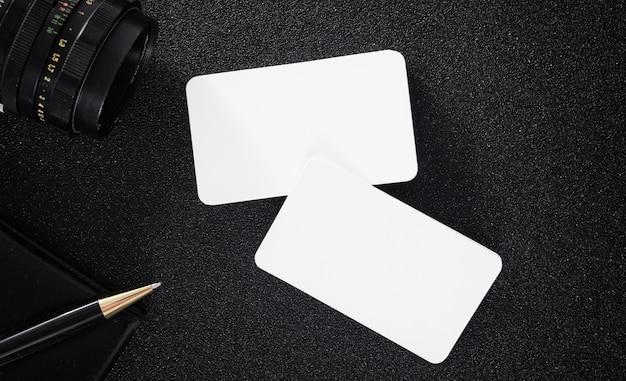 Tarjeta de visita en blanco se burlan de la mesa para el diseño de contacto de negocios