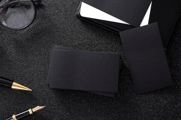 Tarjeta de visita en blanco negro burlarse de fondo negro para usarnos información de contacto diseño templete