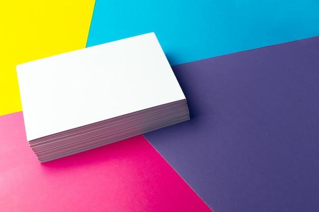 Tarjeta de visita en blanco sobre superficie abstracta colorida