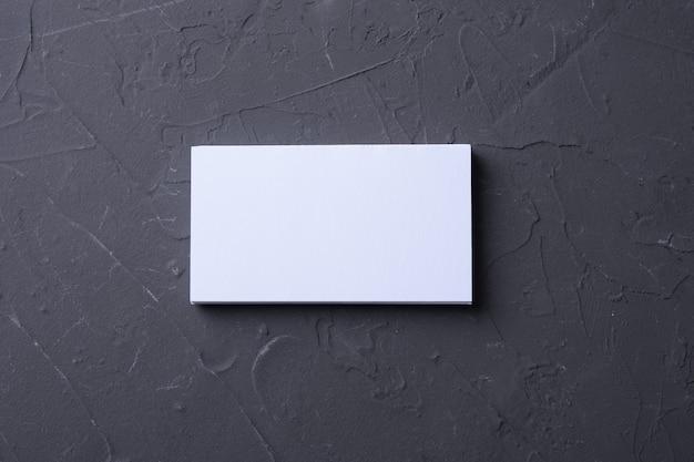 Tarjeta de visita en blanco sobre superficie oscura