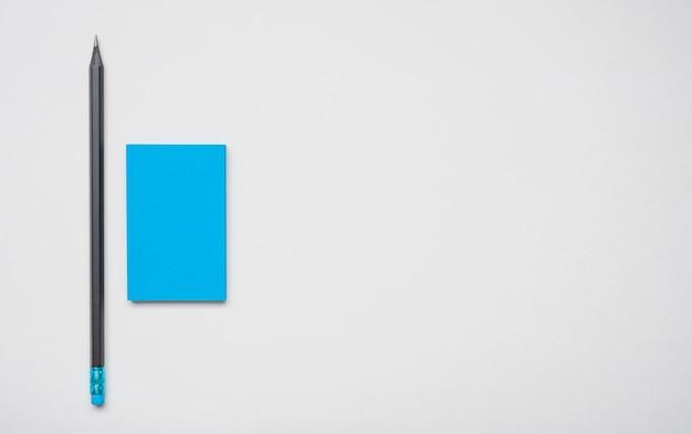 Tarjeta de visita corporativa azul simplista y bolígrafo