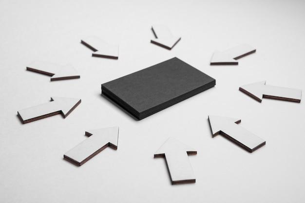 Tarjeta de visita corporativa negra rodeada de flechas