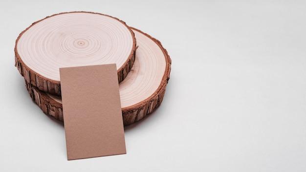 Tarjeta de visita corporativa en posavasos de madera
