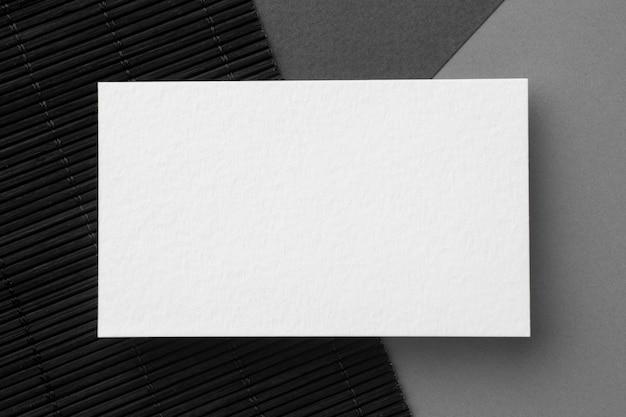 Tarjeta de visita de espacio de copia plana laica sobre fondo negro y gris