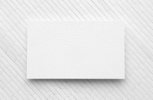 Tarjeta de visita de espacio de copia plana laicos sobre fondo blanco