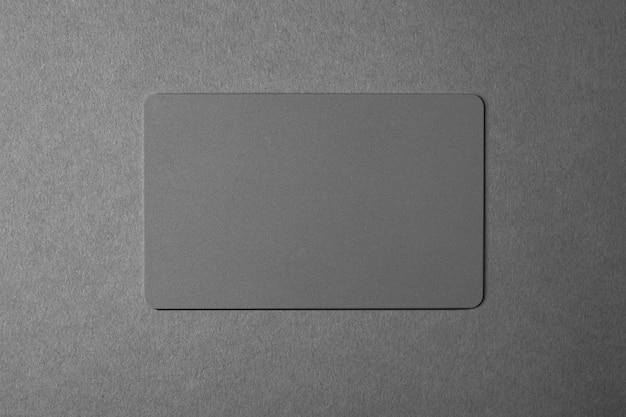 Tarjeta de visita gris sobre un gris.