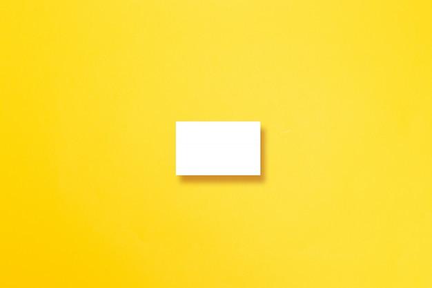 Tarjeta de visita horizontal en el fondo amarillo de la textura.