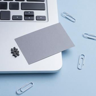 Tarjeta de visita minimalista con laptop