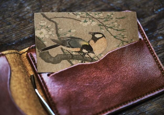Tarjeta de visita con pájaros en una billetera.