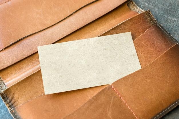 Tarjeta de visita de papel reciclado artesanal.