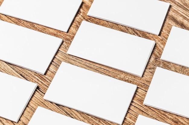 Tarjeta de visita sobre madera