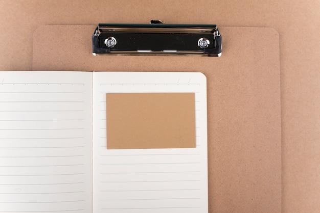 Tarjeta de visita vacía con bloc de notas y portapapeles