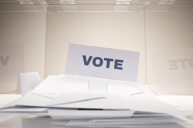 Tarjeta de votación de vista frontal en una pila de sobres