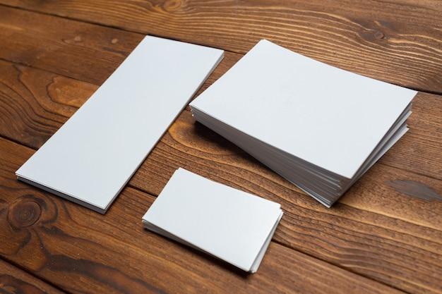 Tarjetas blancas en blanco