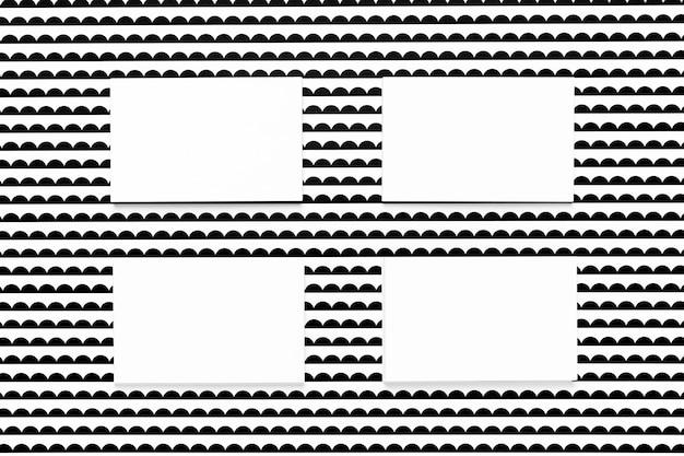 Tarjetas blancas sobre fondo estampado