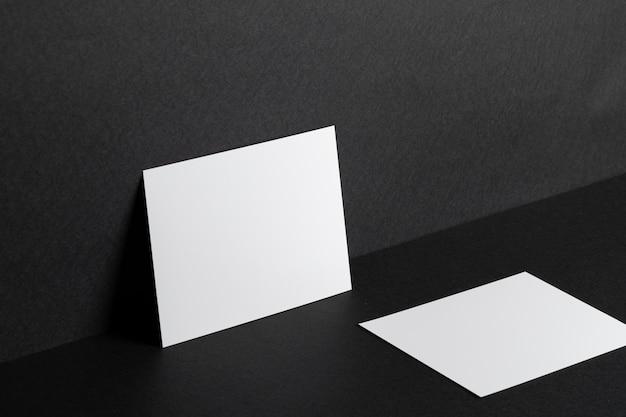 Tarjetas blancas sobre fondo negro de cerca, copia espacio