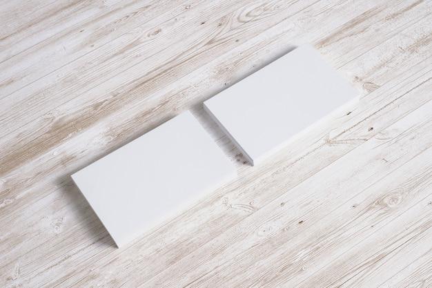 Tarjetas en blanco en el escritorio de madera. ilustración 3d
