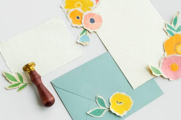 Tarjetas en blanco con flores artesanales de papel