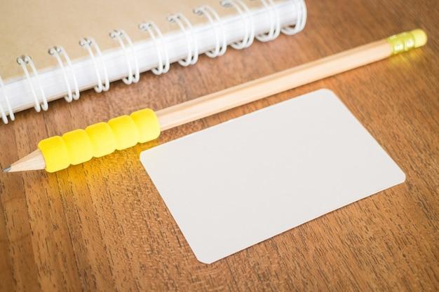 Tarjetas en blanco en mesa de madera