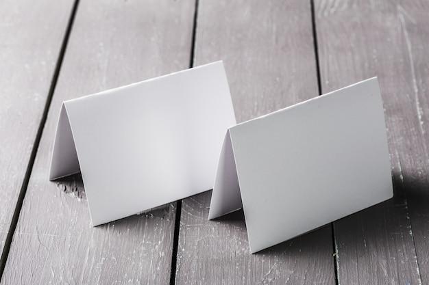 Tarjetas en blanco en la mesa de madera