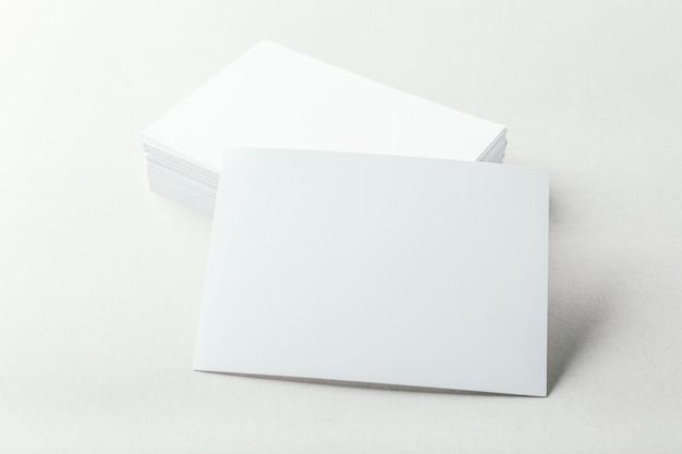 Tarjetas en blanco sobre gris