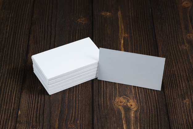Tarjetas en blanco sobre madera