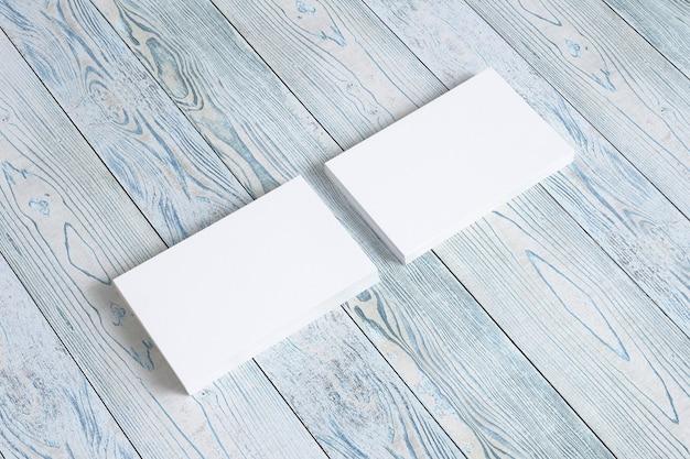 Tarjetas en blanco en el viejo escritorio de madera. ilustración 3d