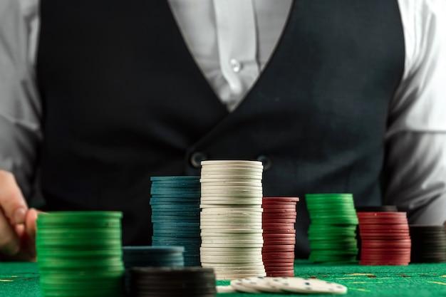 Las tarjetas con chip están en la mesa de blackjack verde