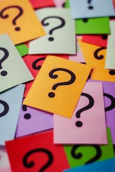 Tarjetas coloridas con signos de interrogación impresos