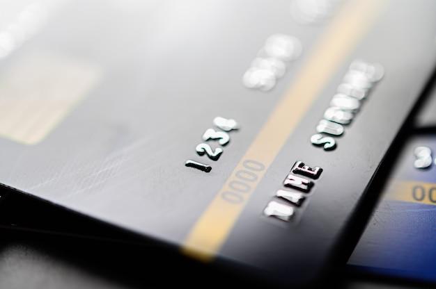 Tarjetas de crédito apiladas en el piso