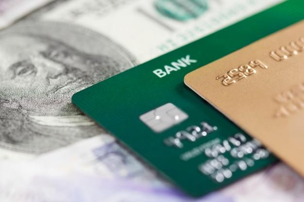 Tarjetas de crédito en un fondo de billetes