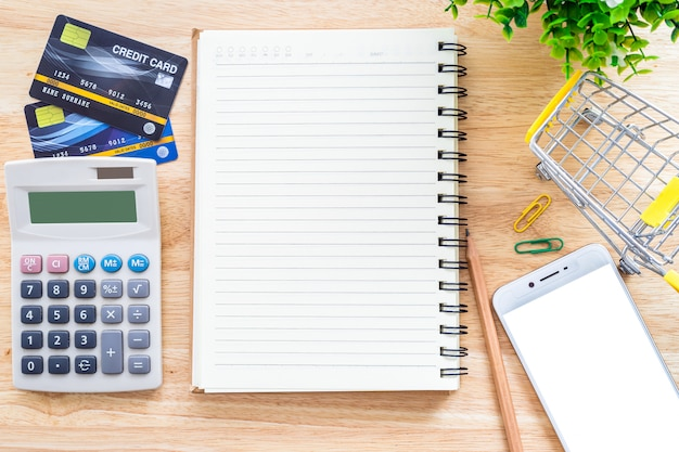 Tarjetas de crédito con notebook y calculadora en una computadora de escritorio
