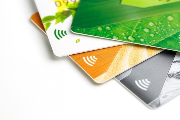 Tarjetas de crédito con pago sin contacto. pila de tarjetas de crédito en fondo blanco aislado