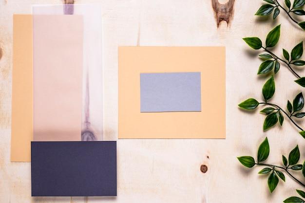 Tarjetas elegantes en fondo simple