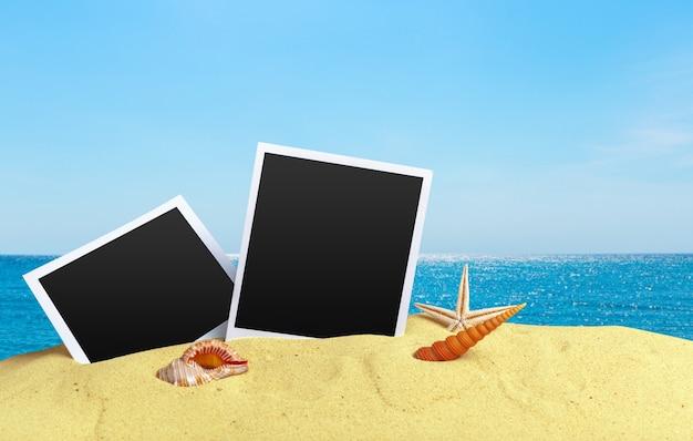 Tarjetas fotográficas en la playa de arena