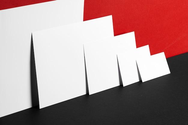 Tarjetas de identificación de negocios sobre papel, copia espacio