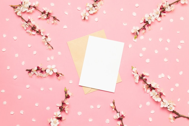 Tarjetas de invitación de boda con flores de color rosa sobre un fondo rosa