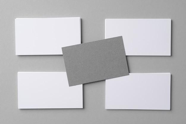 Tarjetas de maquetas de negocios con espacio de copia en gris