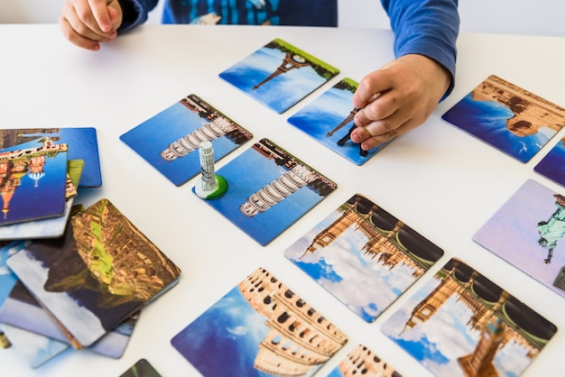 Tarjetas con monumentos famosos del mundo utilizados en una escuela infantil.