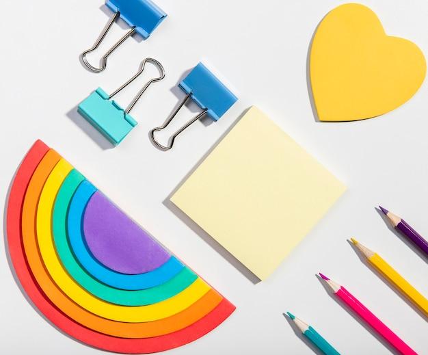 Tarjetas de notas adhesivas y herramientas escolares y papel arcoiris