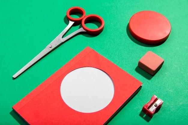 Tarjetas de notas adhesivas y herramientas escolares y tijeras