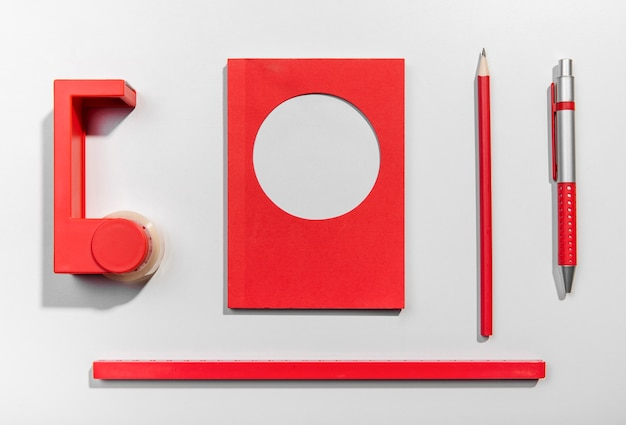 Tarjetas de notas post-it y herramientas escolares rojas