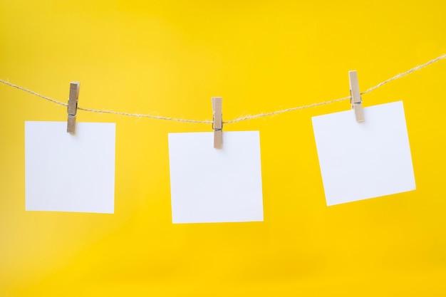 Tarjetas de papel blanco colgando de una cuerda.concepto.