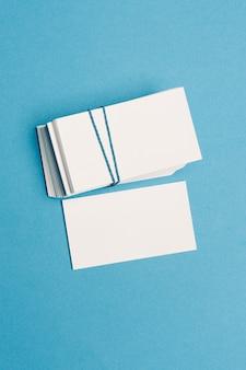 Tarjetas de presentación blancas en la maqueta de la mesa copie el espacio. foto de alta calidad
