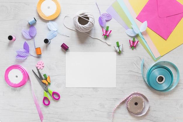 Tarjetas de scrapbooking con elementos decorativos sobre fondo blanco con textura