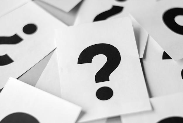 Tarjetas con signos de interrogación